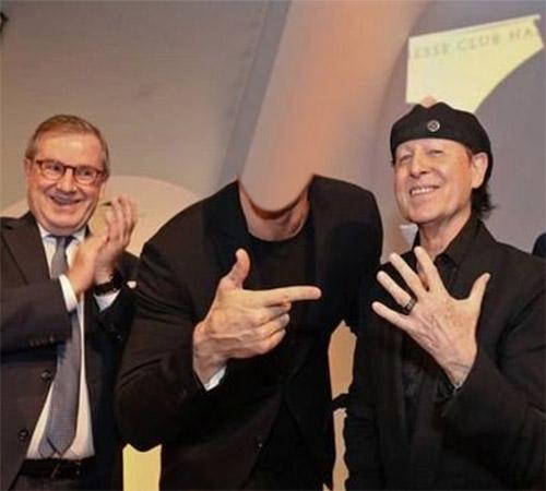 Шаблоны со знаменитостями: С фронтменом Scorpions